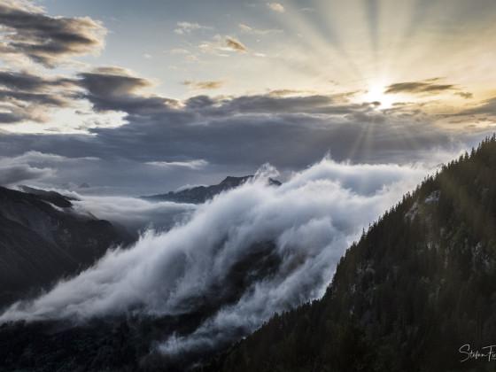 Fönstimmung mit Nebelwelle über dem Haslital