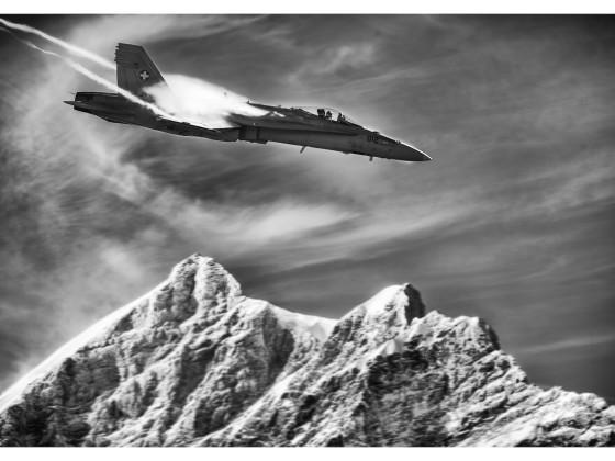 F/A-18 über Jungfraugipfel s/w