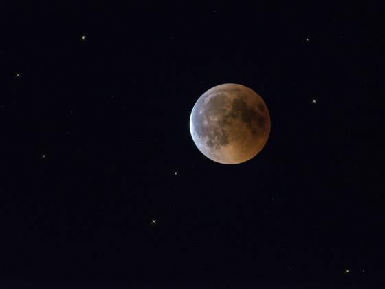 Blutmond (von links wird der Mond bereits wieder von der Sonne angestrahlt)