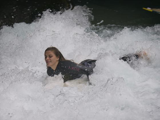 Aaresurferin auf dem Weg zur Welle