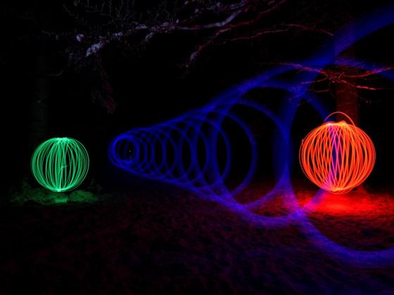 """Experiment mit """"Lichtmalern"""" im Wald ..."""