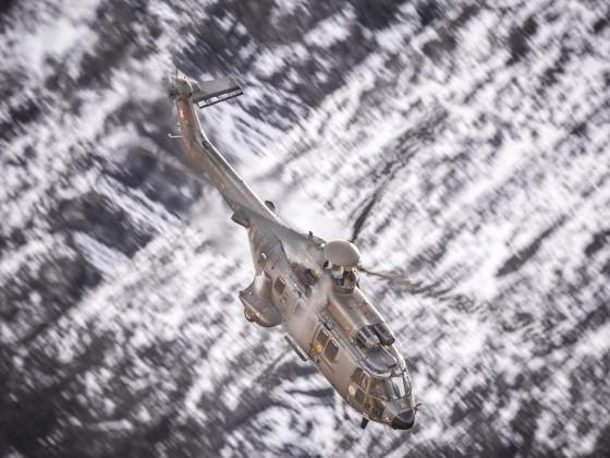 Fliegerschiessen Axalp 2017 (Super Puma im Sturzflug)