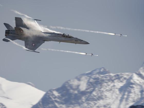 F/A-18 im Kampfeinsatz über dem Gebirge