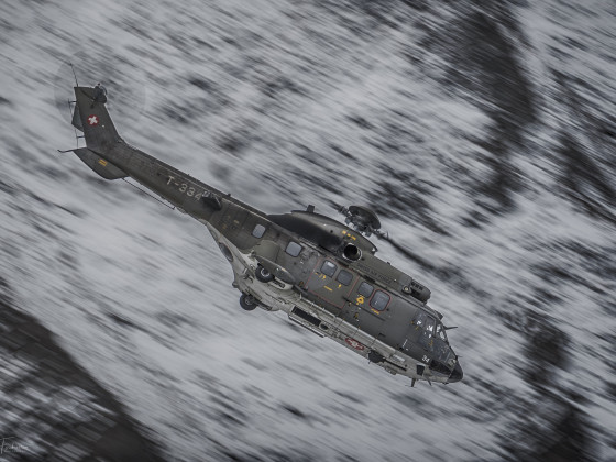 Super Puma im Sturzflug