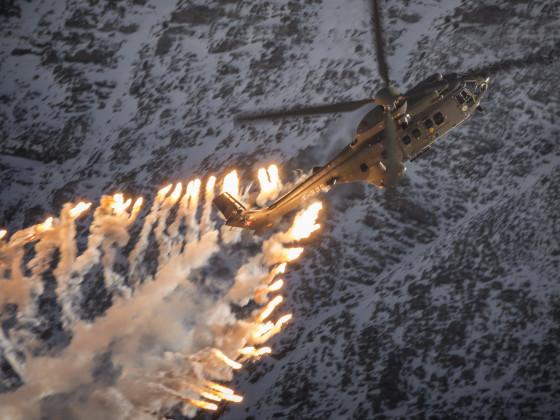 Fliegerschiessen Axalp 2017 Super Puma beim Abwurf von Täuschkörpern