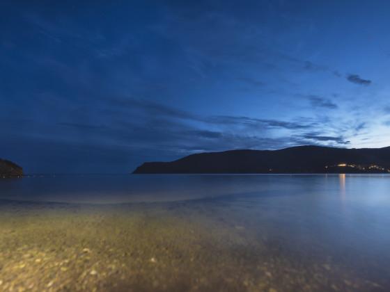 Bucht von Lacona zur blauen Stunde